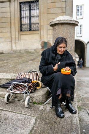 stefano-majno-portugal-santiago-de-compostela-cathedral-beggar.jpg
