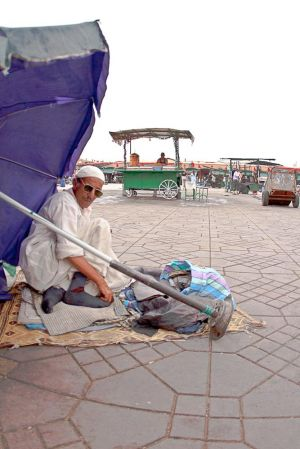 stefano-majno-morocco-crossing-jeema-el-fna-man.jpg