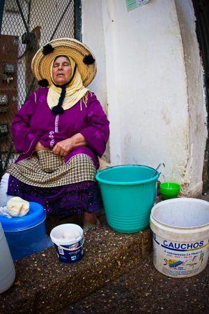 stefano-majno-morocco-crossing-woman-selling-market-asilah.jpg
