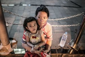 stefano majno bangkok red light district sukhumvit nana xxx beggars mother child baby  poor street.jpg
